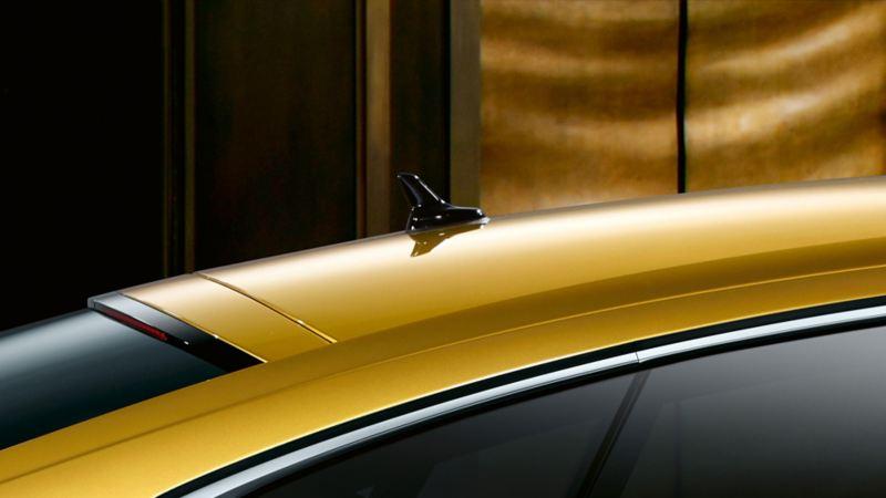 Vista laterale di Volkswagen Arteon R-Line, dettaglio del tetto con antenna diversity