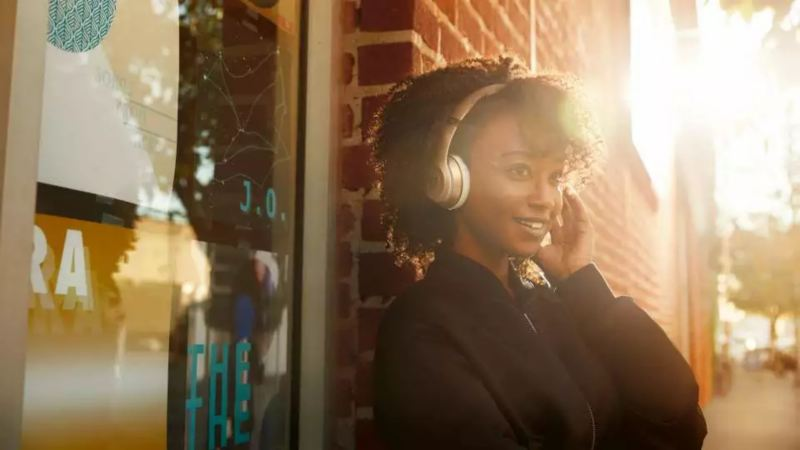 Jeune femme avec casque audio