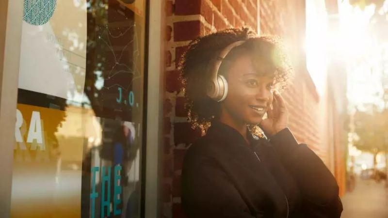 femme écoutant de la musique avec son casque dans la rue