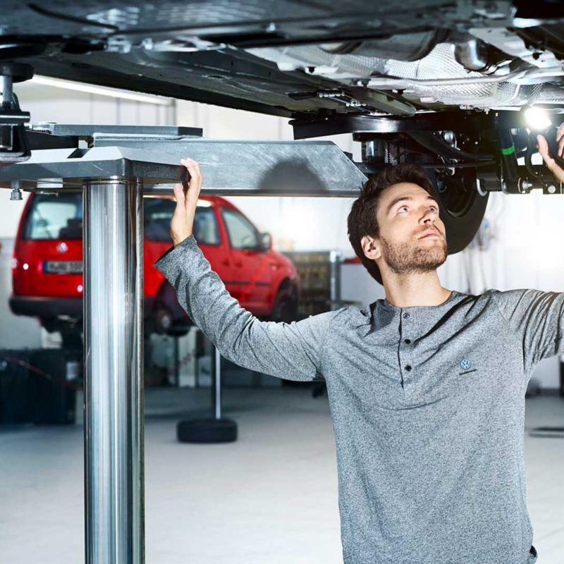 Entreteneur Volkswagen Véhicules Utilitaires qui inspecte  un véhicule