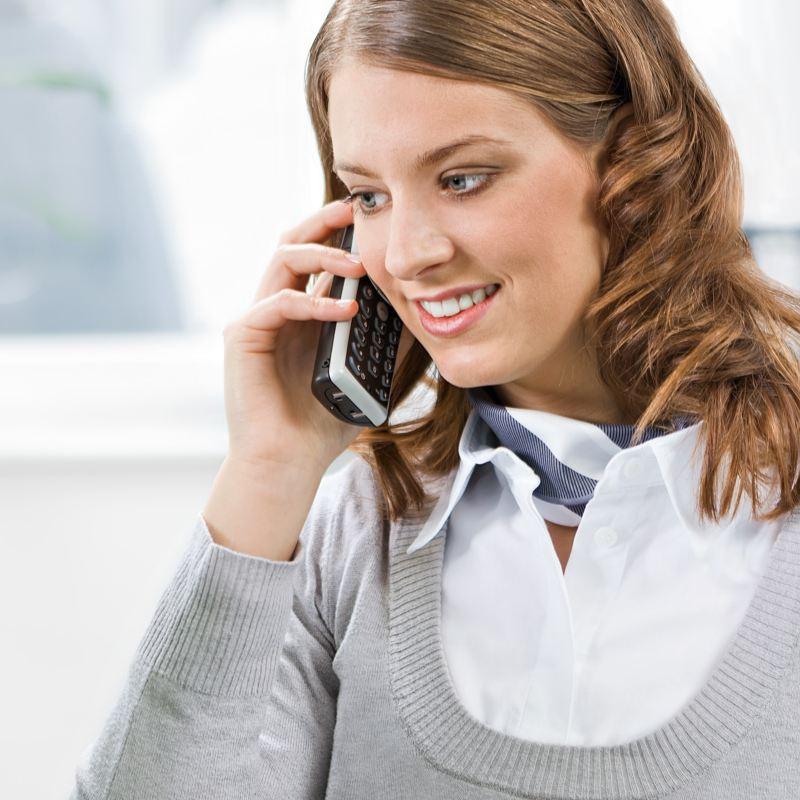 Kvinna pratar i telefon