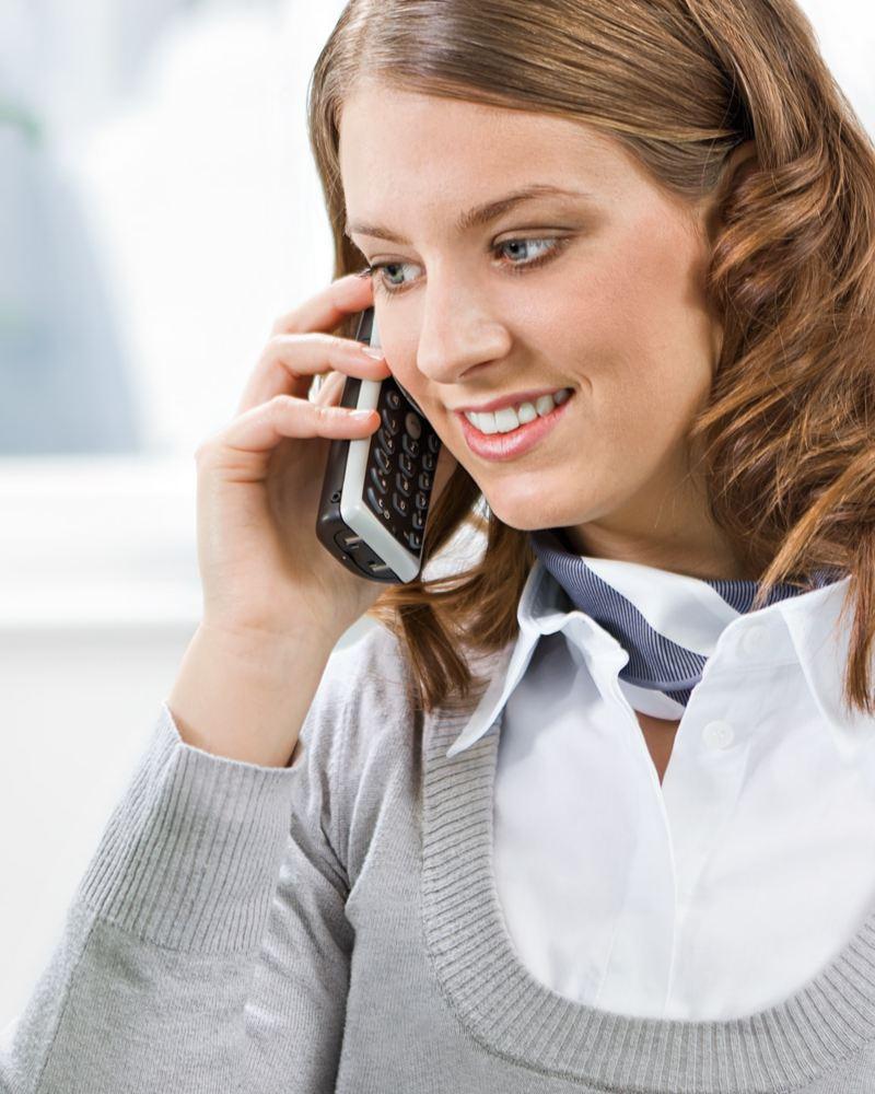 Kvinna från kundtjänst sitter i telefon
