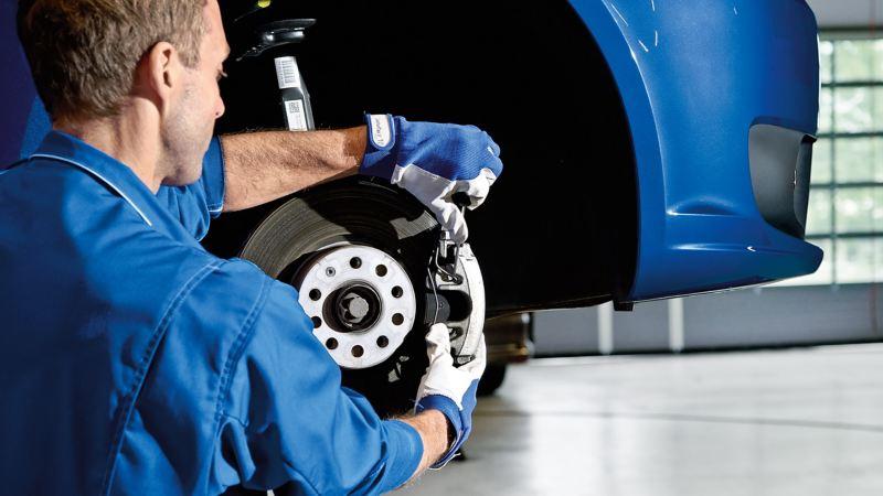 Ein Mechaniker repariert eine Bremsscheibe