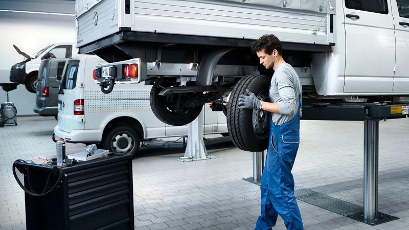 Ein Mechaniker montiert einen Reifen.