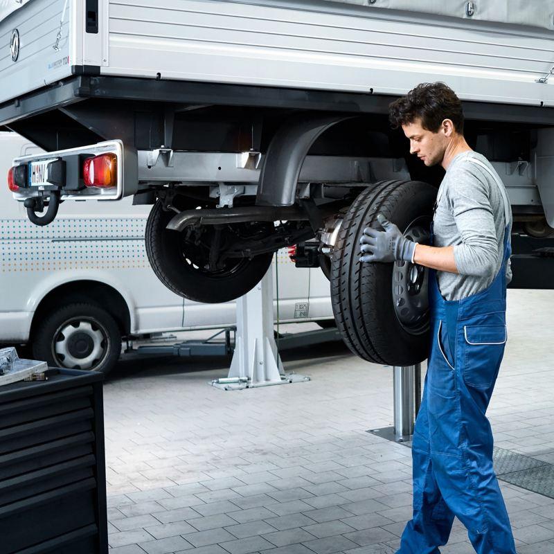 Um mecânico monta um pneu