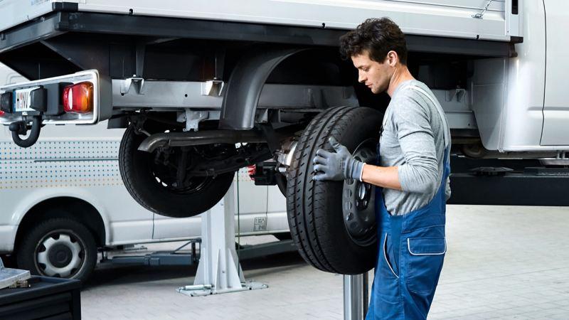 Ein Volkswagen Service Partner wechselt einen Reifen.