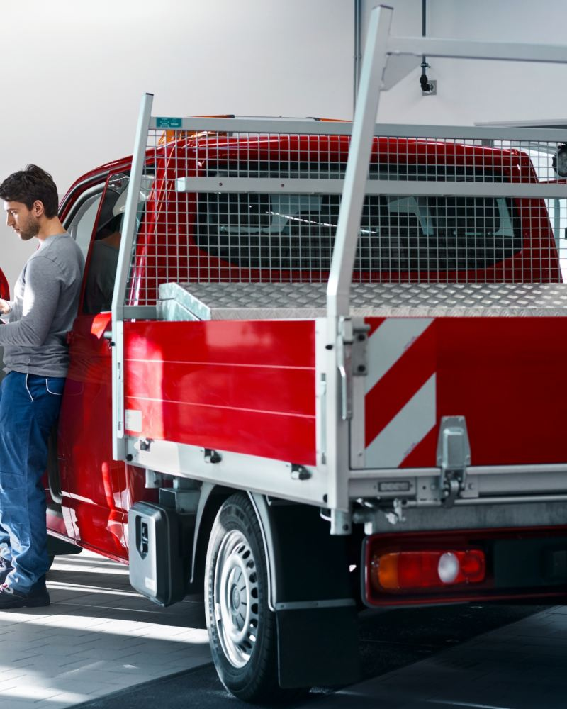 Volkswagen Transporter z zabudową wywrotka w serwisie.