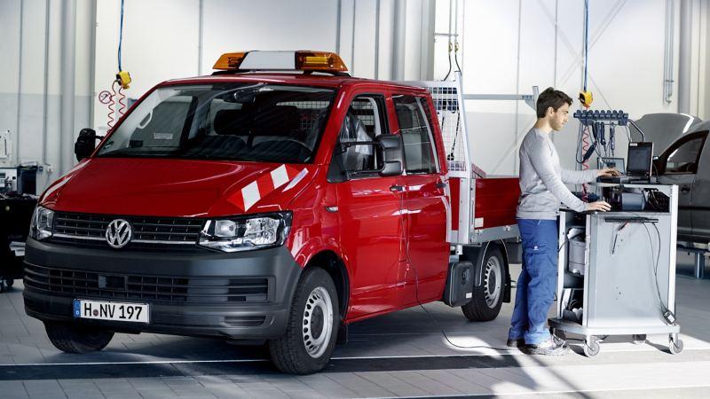 Volkswagen Transporter z zabudową wywrotka.