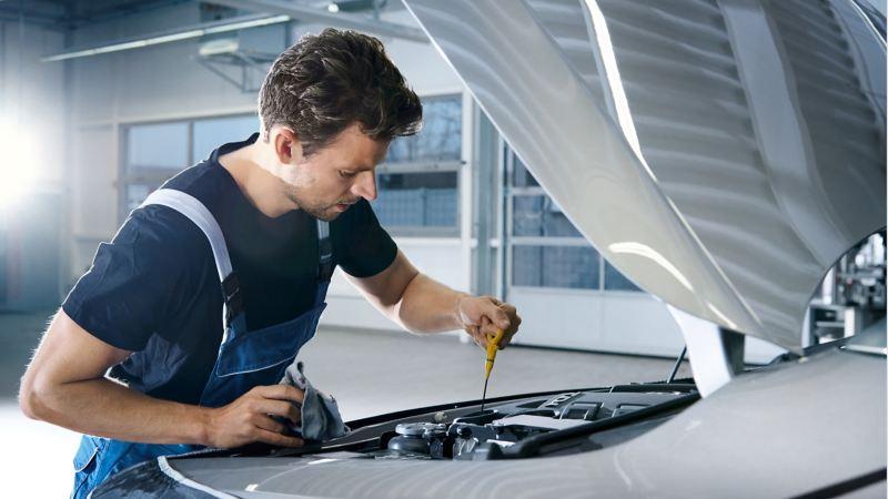 Ein Mechaniker arbeitet am Motor
