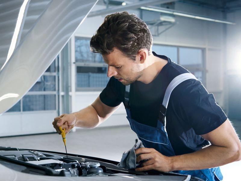 Mechanik sprawdza poziom oleju.
