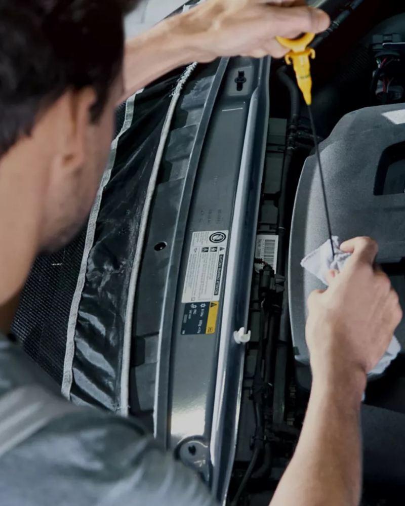 Ein Mechaniker überprüft den Ölstand.