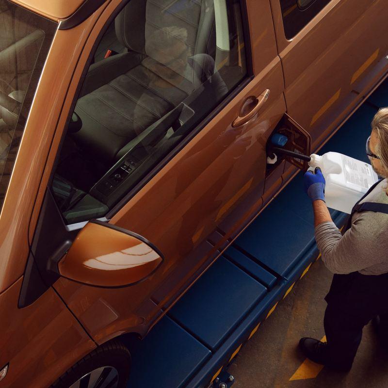 Een mecanicien controleert een motorruimte