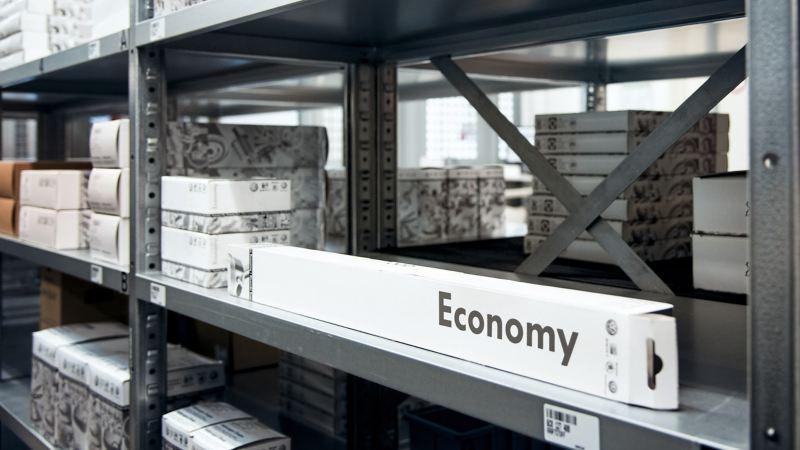Uma estante num armazém de peças.