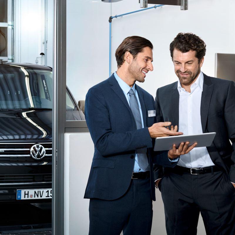 Prezentacja oferty Volkswagen Samochody Dostawcze. Na drugim planie widoczny Volkswagen Transporter..