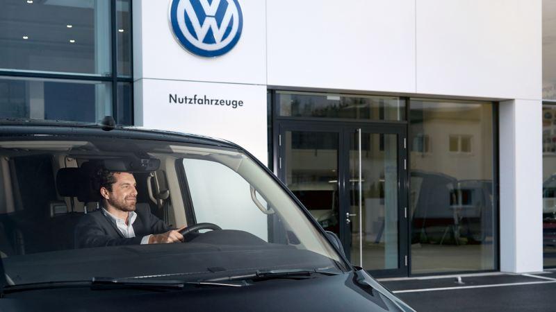 Volkswagen Transporter przed salonem Volkswagen Samochody Użytkowe.