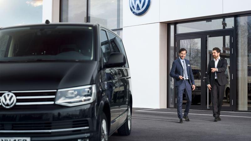 Volkswagen Transporter zaparkowany przed salonem Volkswagen Samochody Dostawcze..