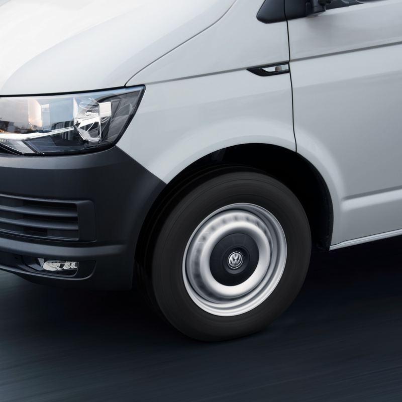 Die Front eines VW Transporter im Profil
