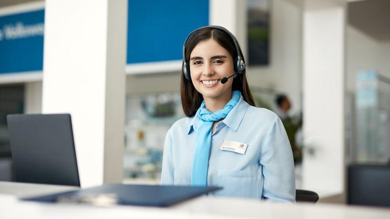 Eine junge Frau mit Headset.