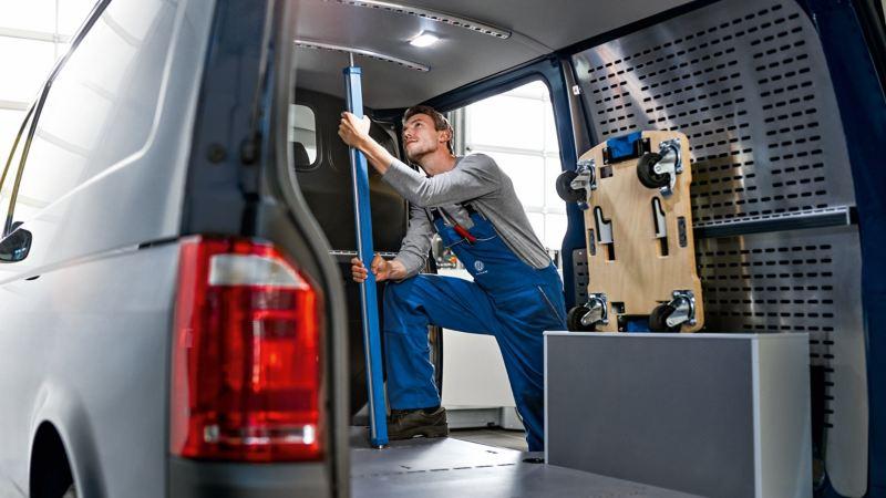 Ein Mann im Innenraum eines Transporters.