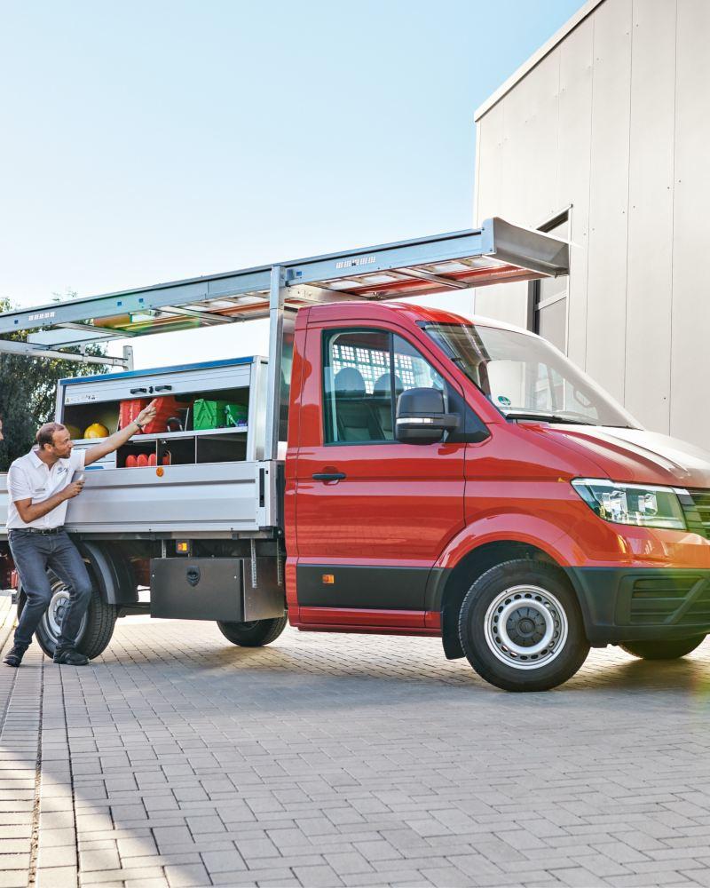 Ein umgebauter Crafter von Volkswagen Nutzfahrzeuge wird an seinen neuen Besitzer übergeben.