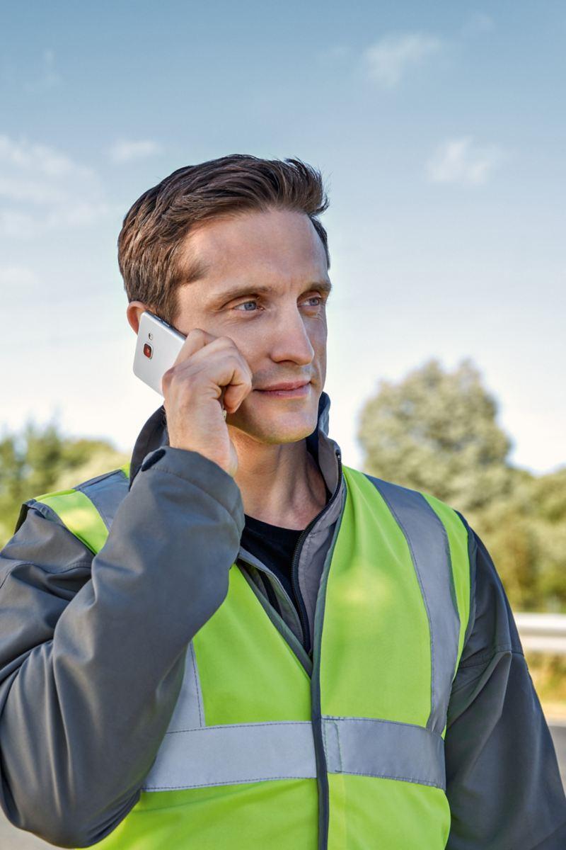 Ein Mann telefoniert mit einem Smartphone.
