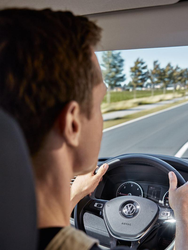 Man bakom ratten i sin Volkswagen Transportbil