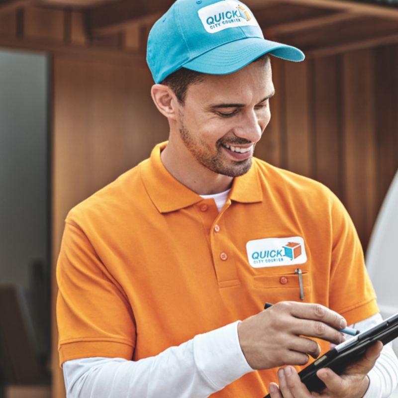 Ein Mann füllt einen Prüfbogen in seiner Hand aus.