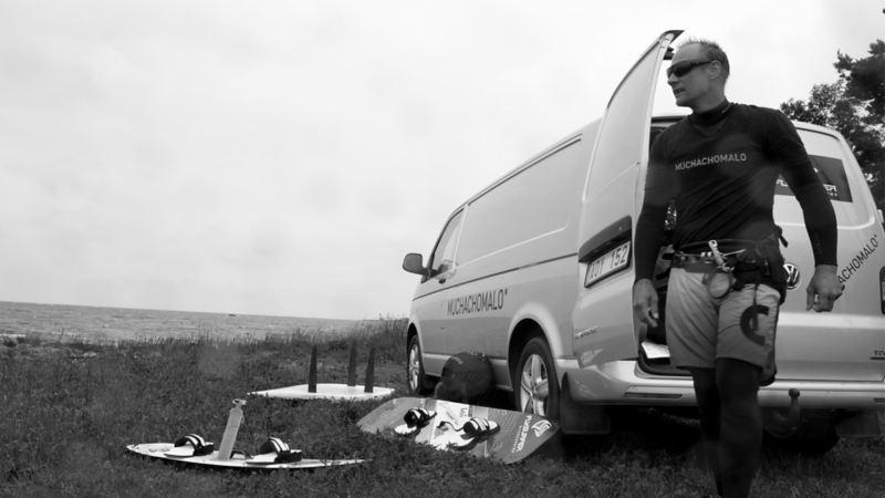 """""""Surfbussen"""" är utrustad med både fyrhjulsdrift och DSG-växellåda, och har plats för en hel hög olika brädor och kiteprylar."""
