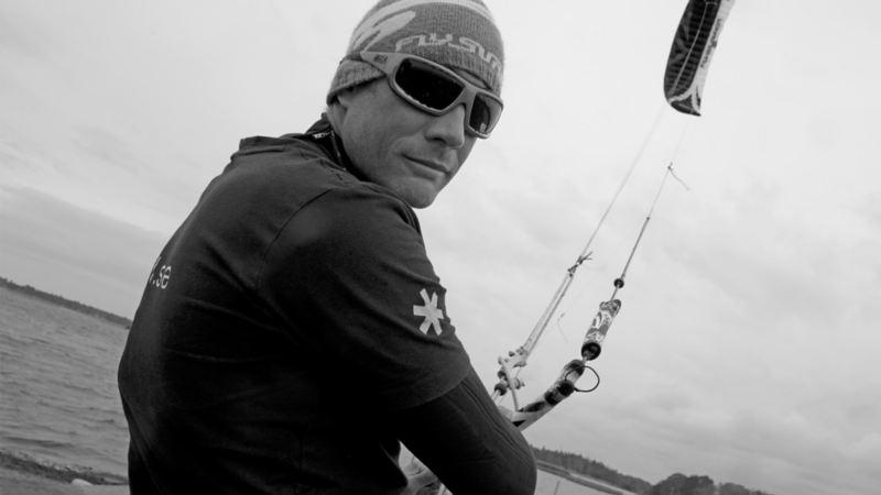 Bakom sina solglasögon står Atte Kappel, 43, professionell kitesurfare.