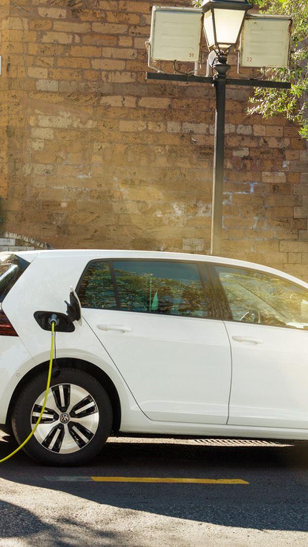 Volkswagen elettrica in sosta per ricarica