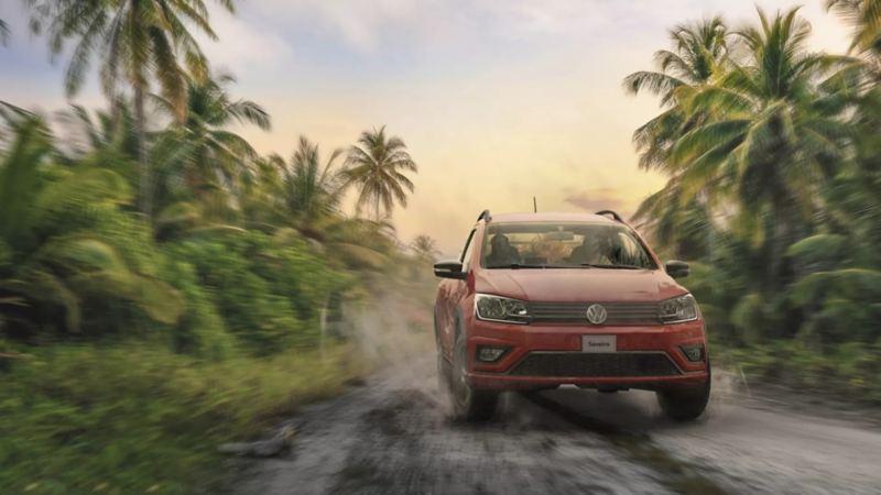 Auto equipado con los mejores sistemas de seguridad de Volkswagen corriendo sobre terrracería