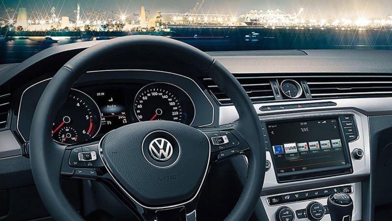 Volkswagen Cockpit mit Blick auf Hafen