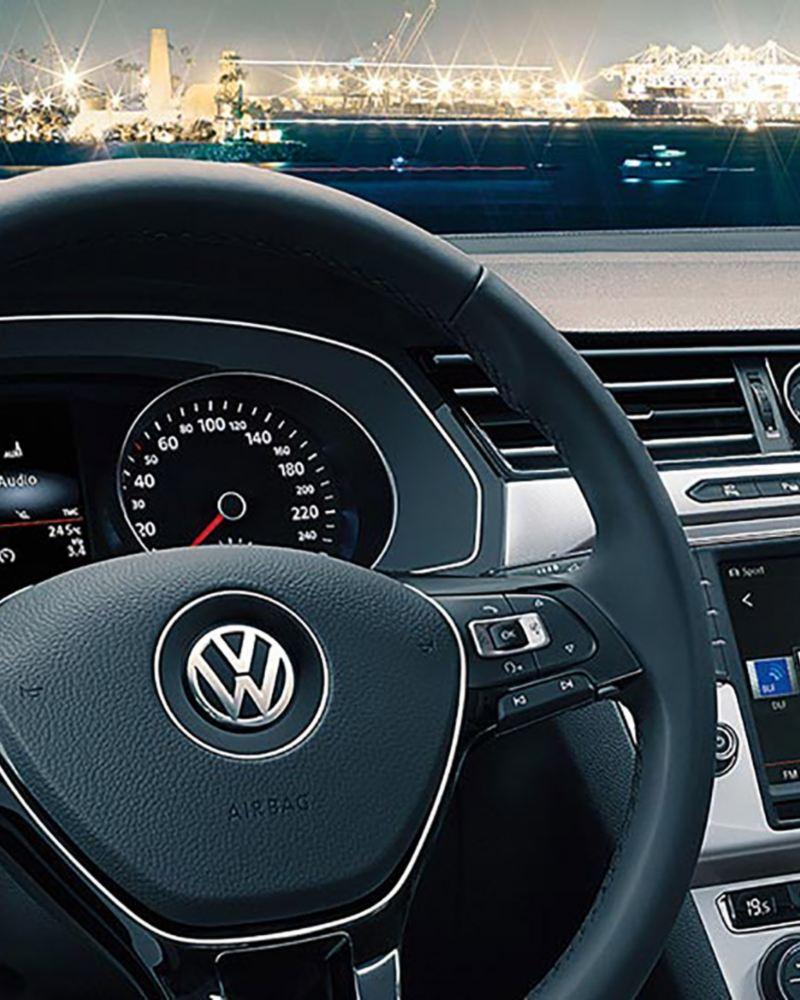Im Volkswagen Cockpit mit Blick auf Hafen
