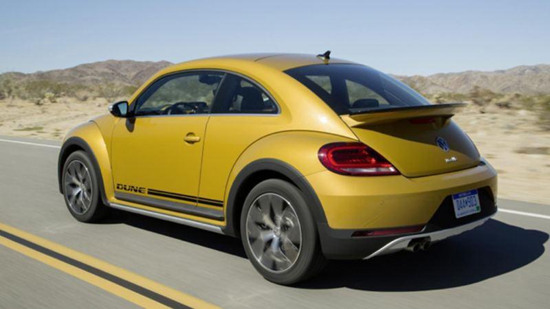 Beetle Dune Volkswagen - la edición especial de 2003 equipado con techo plegable sobre carretera