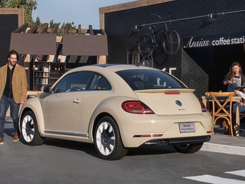Beetle Final Edition Volkswagen estacionado a lado de cafetería