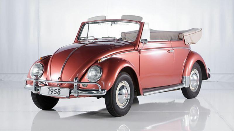 3/4 Frontansicht eines roten VW Käfer Cabriolets