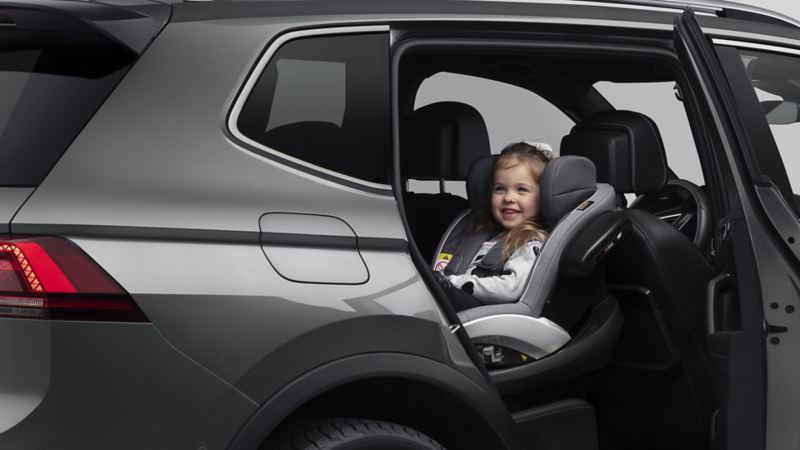 Ett barn sitter i en bildbarnstol