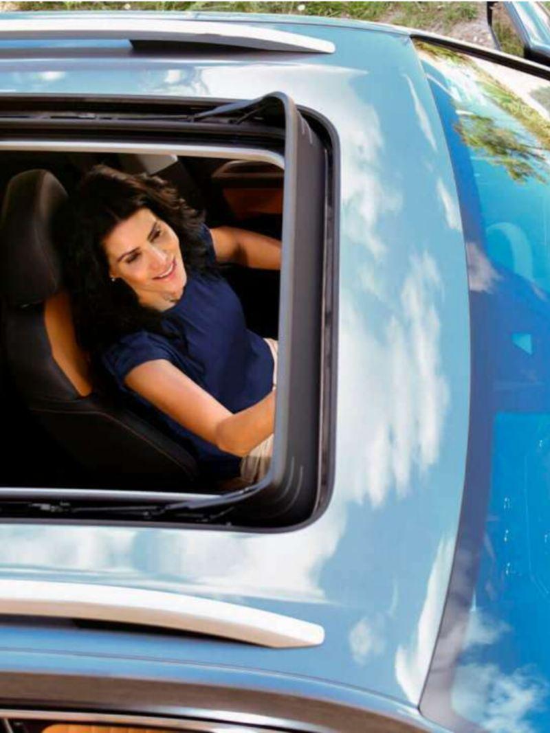 Mujer al interior de Teramont de Volkswagen, la camioneta para ciudad con techo corredizo