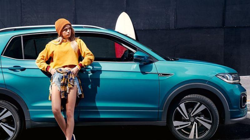Mujer recargada en T-Cross de Volkswagen, el SUV dinámico