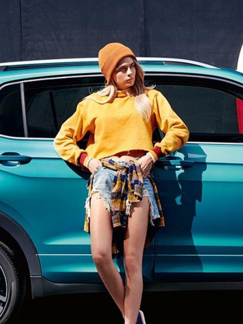 Mujer recargada en Nuevo T-Cross de Volkswagen, el SUV dinámico