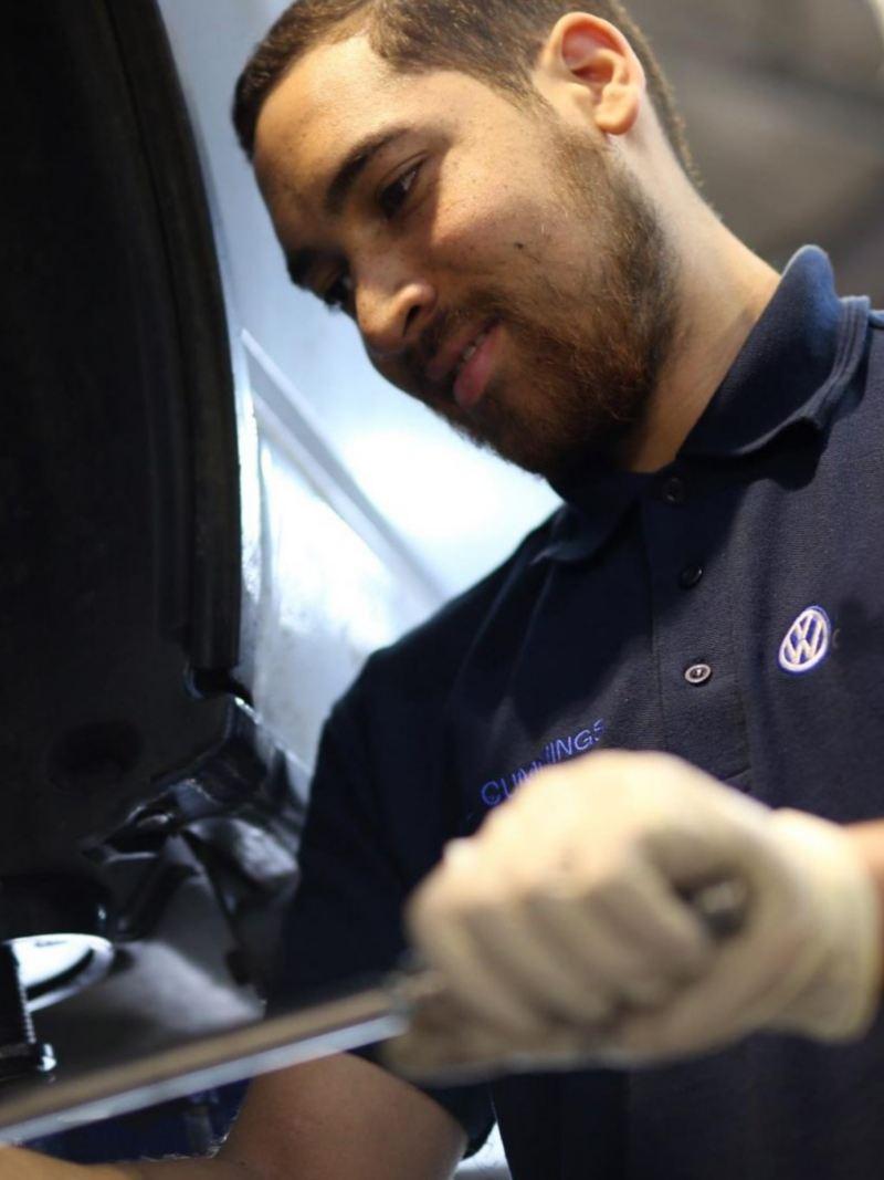 Técnico de Volkswagen cambiando llanta de automóvil