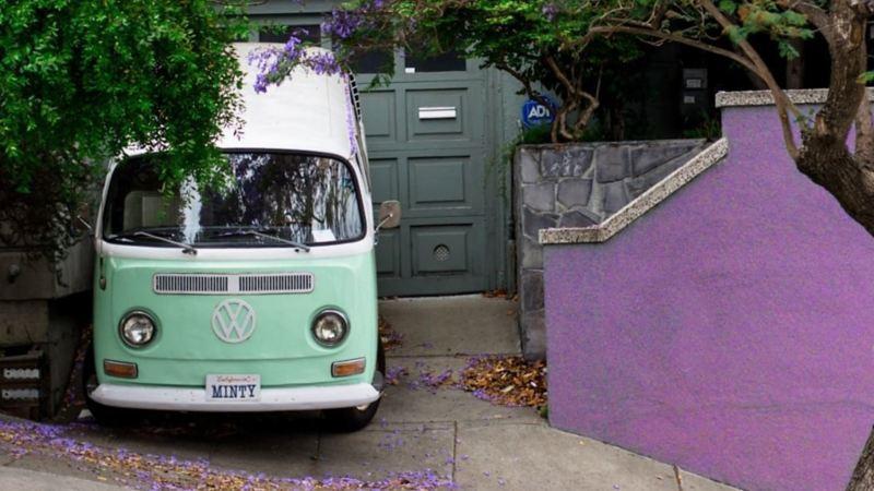 Combi de Volkswagen color menta estacionada dentro de Residencia