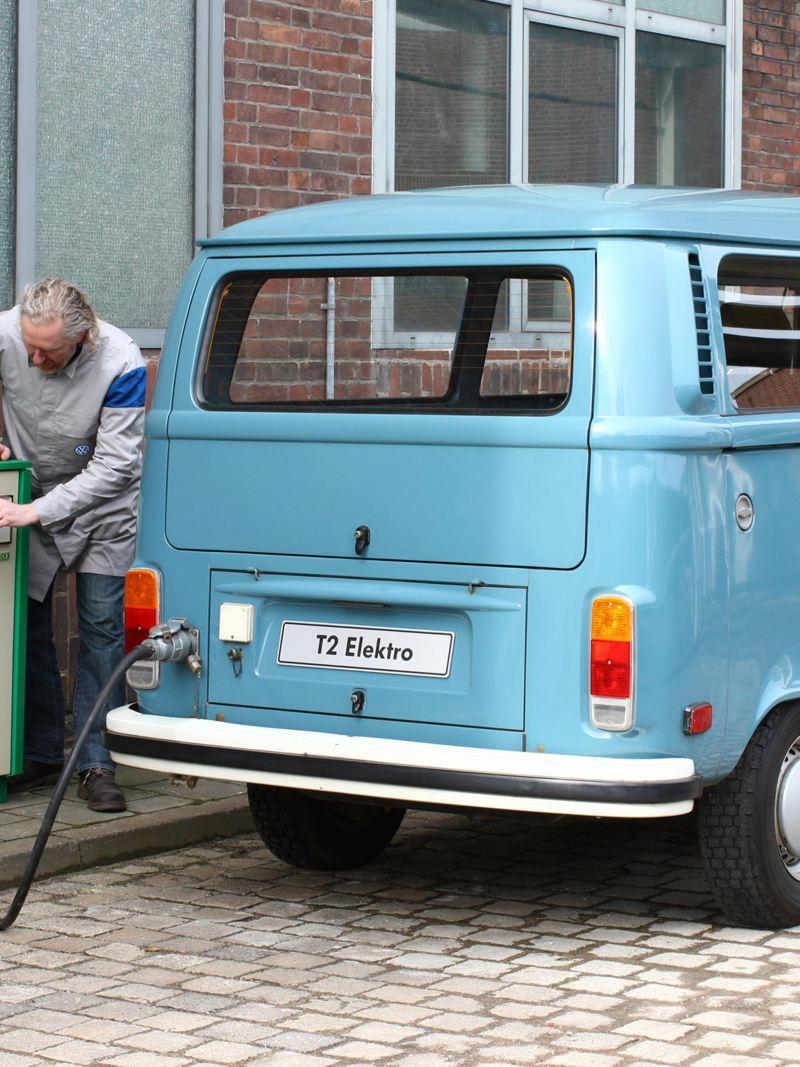 vecchio Transporter VW in ricarica