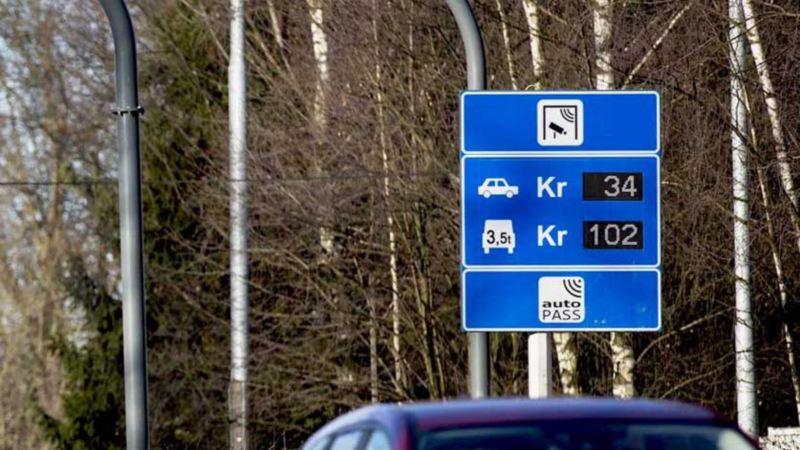 bompengeskilt fra Autopass på motorvei som viser bompengepriser