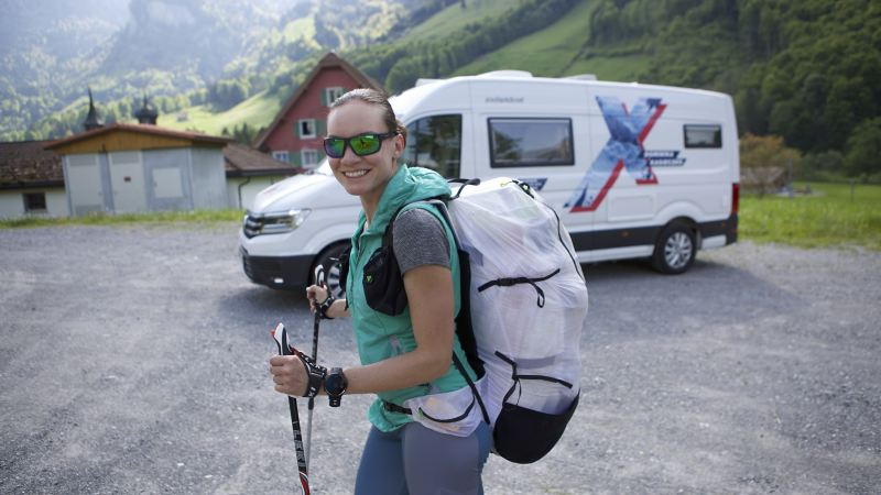Dominika Kasieczko stoi na tle Craftera Kampera oraz gór