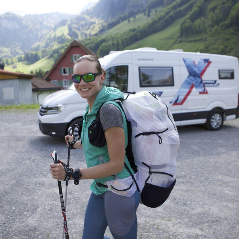 Dominika Kasieczko na tle Craftera Kampera w okleinie Red Bull X-alps