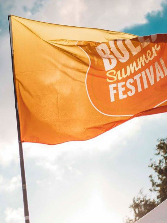 Volkswagen Utilitaires Combi Summer festival 70 ans drapeau orange