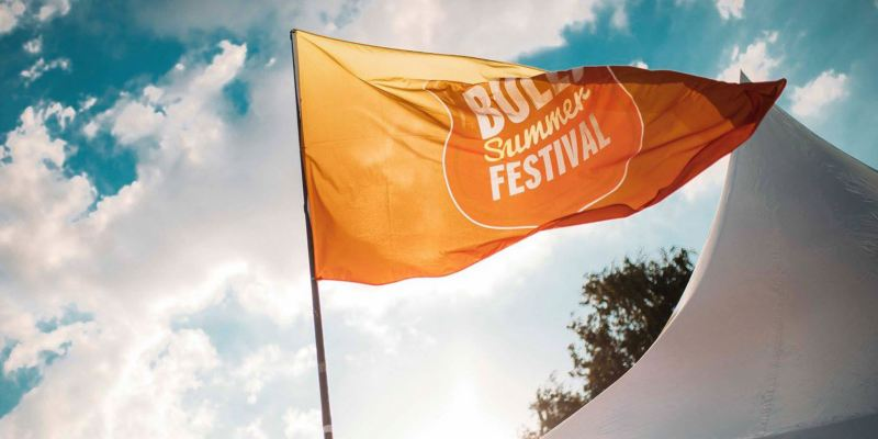 Eine Fahne des Bulli Summer Festival 2017 flattert im Wind.