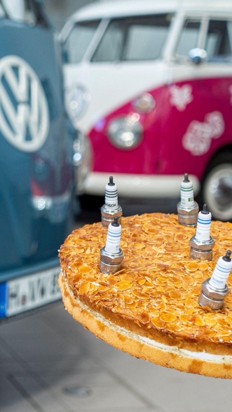 """Ciasto ze """"świeczkami"""" i Volkswagen Bulli w tle"""
