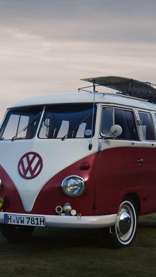 Un Volkswagen Bulli parcheggiato in una spiaggia.